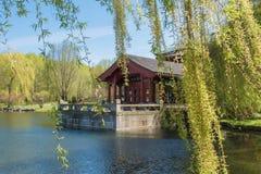 被索还的月亮的中国庭院 有茶屋的湖 免版税库存照片