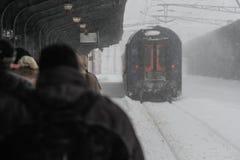 被延迟的火车在冬天 库存照片
