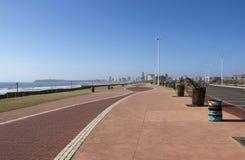 被仿造的和被铺的散步在海滩前的德班 免版税库存照片
