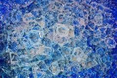 被仿造的背景,与空气泡影的蓝色打破的玻璃  库存图片