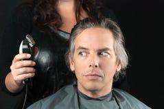 被去除的大块长度,美发师使用飞剪机 图库摄影