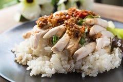 被去骨的,被切的海南式鸡用用卤汁泡的米 免版税库存照片