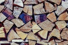 ?? 裁减和被堆积的木头的照片 木头仍然使用作为燃料今天 免版税库存照片