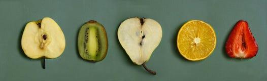 裁减果子-桔子,梨,草莓,猕猴桃,在厨房板的苹果 免版税库存图片