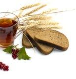 裁减面包、茶、麦子和无核小葡萄干 库存照片
