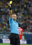 裁判员Svein Oddvar Moen在罗马尼亚土耳其世界杯预选赛比赛显示一个黄牌 库存图片