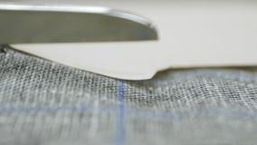 裁缝与剪刀的切口织品 影视素材