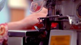 裁缝与缝纫机和修剪一起使用与剪刀的剩余螺纹 手工特写镜头  股票录像