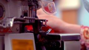 裁缝与缝纫机和修剪一起使用与剪刀的剩余螺纹 手工特写镜头  股票视频