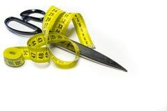裁缝剪刀和米磁带 免版税库存图片