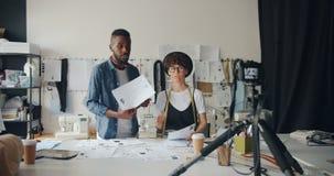 裁缝博客作者记录录影显示的图画谈话使用照相机 股票视频