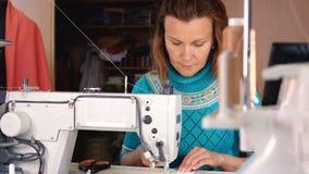裁缝在一台工业缝纫机缝合 股票录像
