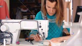 裁缝在一台工业缝纫机缝合 股票视频
