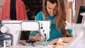 裁缝在一台工业缝纫机缝合 影视素材