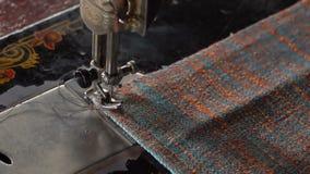裁缝在一台缝纫机缝合 慢的行动 影视素材