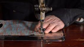 裁缝在一台缝纫机缝合 慢的行动 股票录像