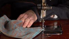 裁缝在一台缝纫机缝合 慢的行动 股票视频