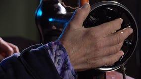 裁缝在一台缝纫机缝合 股票视频