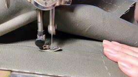 裁缝在老葡萄酒缝纫机缝合 股票录像