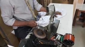 裁缝坐在缝纫机乱写的产品在车间 股票视频