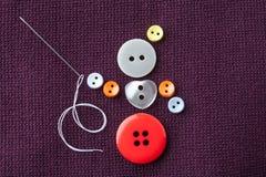 裁缝女孩概念设计 滑稽的女裁缝字符由五颜六色缝合制成按与针和白色 免版税库存图片