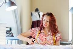 裁缝妇女在工作 图库摄影