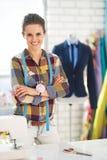裁缝妇女画象在时装模特前面的 免版税库存图片