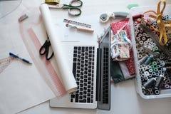 裁缝工作地点有缝合的工具的 免版税库存图片