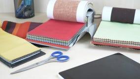 裁缝工作场所有不同颜色织品样品的在桌上的 股票录像