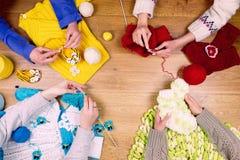 裁缝工作场所 小组四名妇女女性编织 免版税库存照片