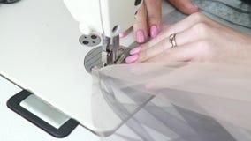 裁缝手特写镜头缝合织品的片断在缝纫机的 影视素材