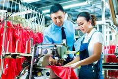 工头在工厂解释某事 免版税库存图片