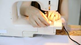 裁缝正确地暴露织品在针下在针 股票视频