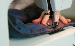裁缝特写镜头缝合对水兵在缝合的mashine的皮革插入物 库存照片