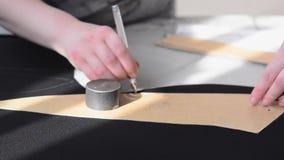 裁缝画在黑皮革的把柄汽车内部的 影视素材