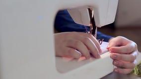 裁缝的手降低缝纫机的针 她准备缝合衣裳 股票录像