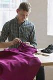 裁缝缝合的织品在表上在演播室 免版税库存照片