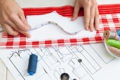 裁缝计划礼服/缝合的布局 库存照片
