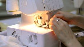 裁缝迅速插入与镊子白色overlock的一条螺纹 股票录像