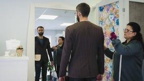 裁缝配件预定了衣服对男性模型 股票视频
