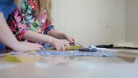 裁缝 手山谷裁缝裁缝` s剪布料 女性在工作场所的裁缝缝的材料 织品为做准备 股票视频