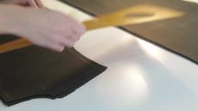 裁缝 手山谷裁缝裁缝` s剪布料 女性在工作场所的裁缝缝的材料 织品为做准备 影视素材