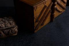 裁缝` s老缝合的箱子 库存照片