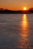 裂化的冻结的冰湖日落 免版税库存照片