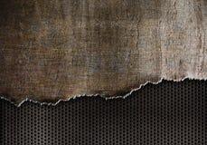 裂口与铁锈被撕毁的边缘的金属背景 免版税库存照片
