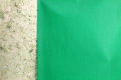 裂口绿色自然手工纸 库存图片