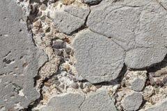 崩裂和挖坑的老被佩带的混凝土墙  免版税库存照片