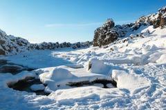 崩裂在构造大陆板材, Thingvellir国家公园在冬天,冰岛之间 库存照片