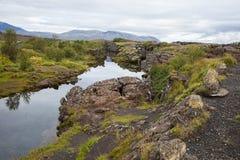 崩裂在熔岩在Pingvellir,冰岛 库存照片