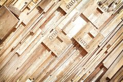 裂片样式片断与数字的在墙壁,现代木背景上 免版税库存照片